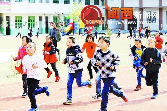企业家众筹集资龙岩乡村小学建成塑胶跑道-【新闻】